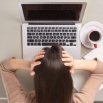 アフターピルの副作用で頭痛がしている女性