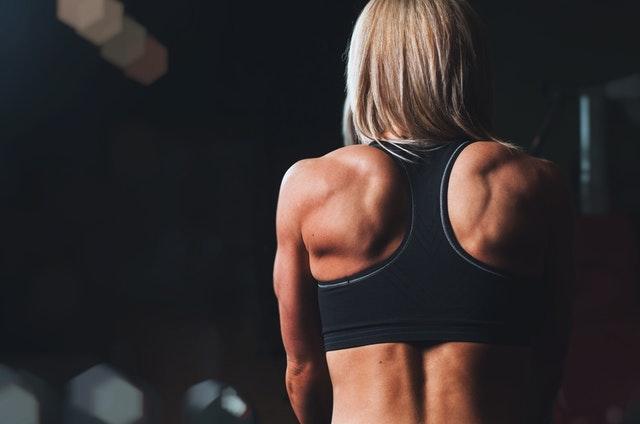 背中の筋肉が凄い女性